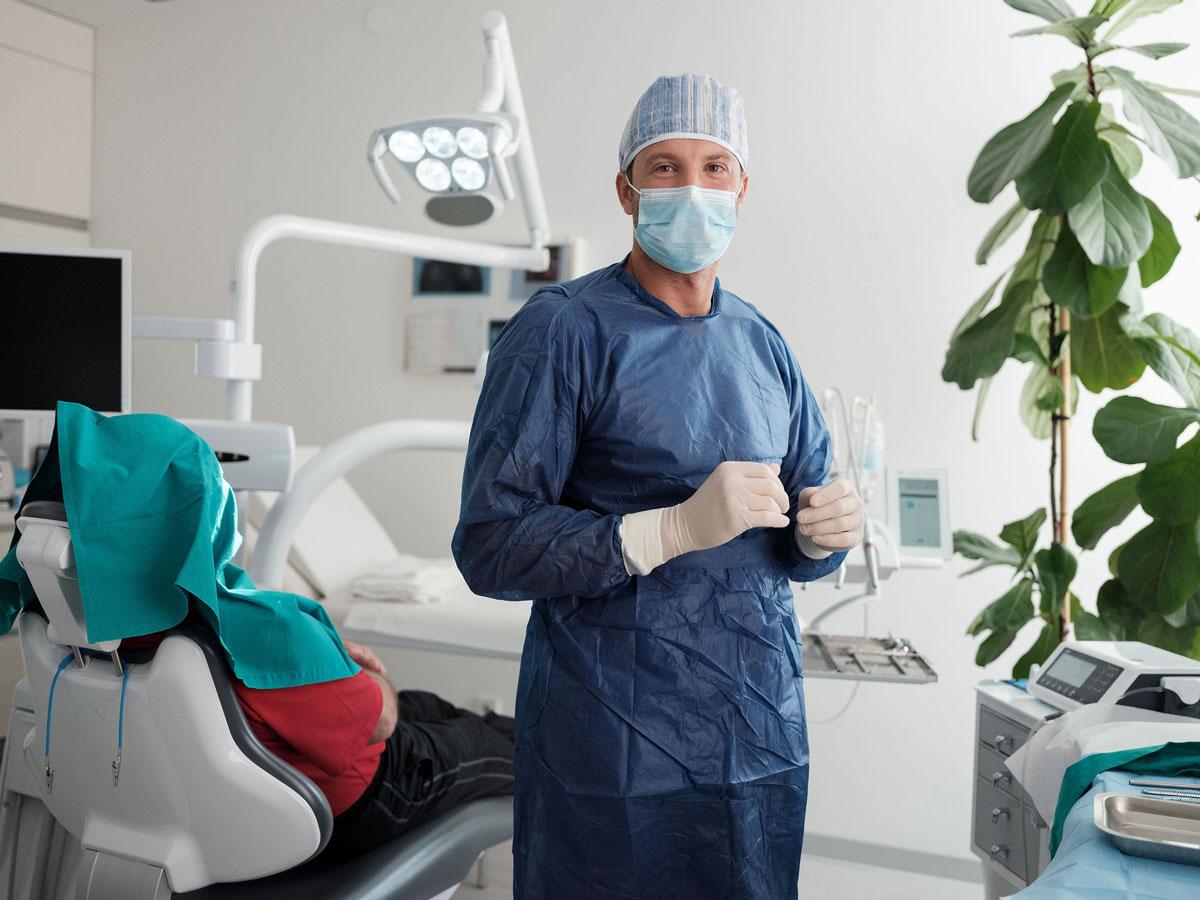 Dentalni centar DentIN, Zagreb, Trešnjevka: dr. Balić priprema se za oralnu operaciju.