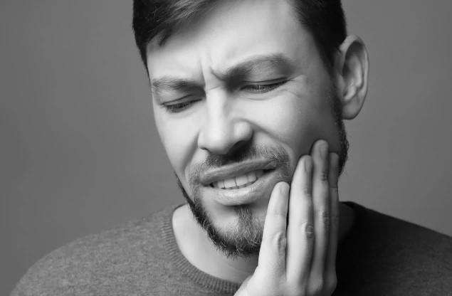Dentalni centar DentIN, Zagreb, Trešnjevka: mladi čovjek s bolnim zubom, crno-bijelo