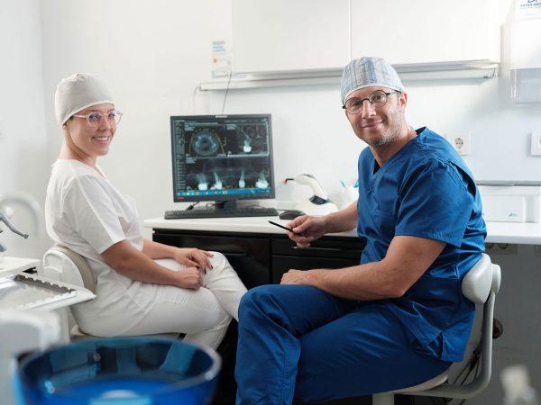 Dentalni centar DentIN, Zagreb, Trešnjevka: dr. Ivana Brezac i dr. Stipica Balić poziraju ispred dijagnostičkog rendgenskog snimka.